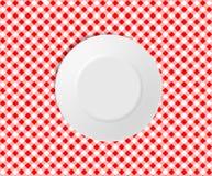 Leere Platte auf einer roten überprüften Tischdecke Lizenzfreies Stockbild