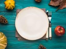 Leere Platte auf grünem Herbsthintergrund Lizenzfreie Stockbilder