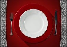 Leere Platte auf rotem Samt-Hintergrund Lizenzfreie Stockbilder