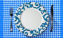 Leere Platte auf Tischdecke mit Tischbesteck Stockbild