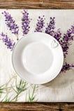 Leere Platte legte auf hölzernen Speisetisch der Weinlese Stockfotos