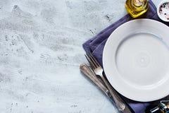 Leere Platte, Messer und Gabel Lizenzfreie Stockfotos