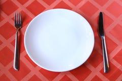 Leere Platte mit Gabelmesser auf Tabelle Lizenzfreies Stockfoto
