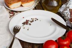 Leere Platte mit Messer und Gabel Stockfotos