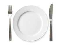 Leere Platte mit Messer und Gabel auf einem weißen Hintergrund Stockfotografie