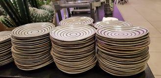 Leere Platten auf dem Tisch gestapelt stockfotografie