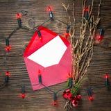 Leere Postkarte mit Weihnachtslichtern auf Holztisch stockfotografie