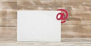 Leere Postkarte und E-Mail-Symbol an Stockfotografie