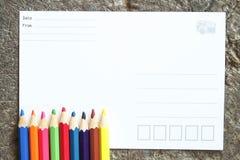 Leere Postkarte und Zeichenstifte Lizenzfreies Stockfoto