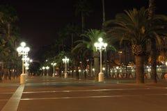 Leere Promenade mit Nachtlampen Stockfoto