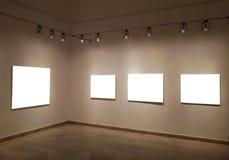 Leere Rahmen auf Galeriewand lizenzfreies stockfoto