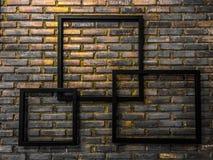 Leere Rahmen auf Ziegelsteinbodenhintergrund stockfoto