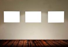 Leere Rahmen im Galerieraum stockbild