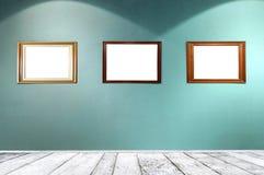 Leere Rahmen im Galerieraum stockfoto