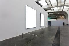 Leere Rahmen im Museum Stockfotos