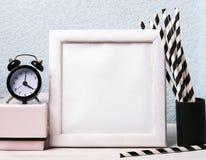 Leere Rahmen-, Uhr- und Papierstrohe Stockbilder