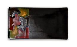 Leere rechteckige Platte, schwarze Keramikplatte mit dem bunten Muster, Ansicht von oben lokalisiert auf weißem Hintergrund lizenzfreie stockfotos