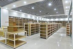 Leere Regale des Supermarktinnenraums lizenzfreie stockbilder