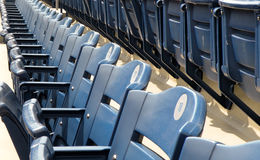 Leere Reihe von Stadions-Sitzen Lizenzfreies Stockbild
