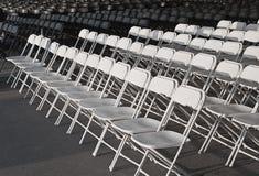 Leere Reihen der weißen Stühle Lizenzfreies Stockfoto