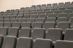 Leere Reihen des bequemen Graus setzt Kino oder Theater stockbilder