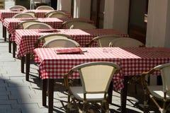 Leere Restaurantbegrifflichtabellen mit roter karierter Tischdecke stockbild