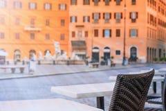 Leere Restauranttabellen im Sonnenlicht auf Navona-Quadrat in Rom Stockfoto