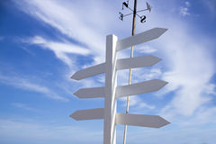 Leere Richtungsverkehrsschilder mit blauem Himmel Stockbild