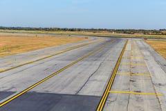 Leere Rollbahn am Flughafen Stockfotografie