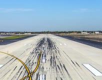 Leere Rollbahn am Flughafen Lizenzfreie Stockfotografie