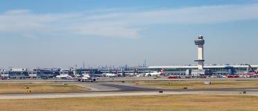 Leere Rollbahn am Flughafen Lizenzfreie Stockfotos