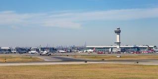 Leere Rollbahn am Flughafen Stockfotos