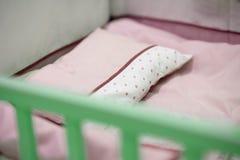 Leere rosa Tonbabykrippe lizenzfreie stockbilder