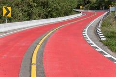 Leere rote Straße mit Kurven Stockfoto