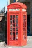 Leere rote Telefonkabine Stockbild