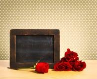 Leere rustikale Tafel mit Rosen Lizenzfreie Stockbilder