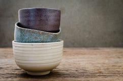 Leere Schüssel auf rustikalem Holz, japanische handgemachte keramische Schüssel, cera Stockfotografie