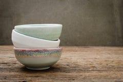 Leere Schüssel, japanische handgemachte keramische Schüssel, gebrochener keramischer Text stockbild