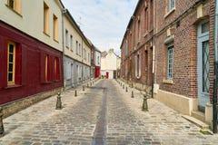 Leere schmale Straße in der alten Stadt von Amiens stockbild