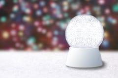 Leere Schnee-Kugel auf einem Weihnachtsundeutlichen Hintergrund Lizenzfreies Stockfoto