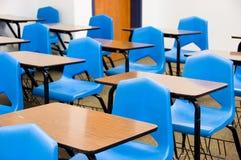 Leere Schreibtische in einem Klassenzimmer Stockbild