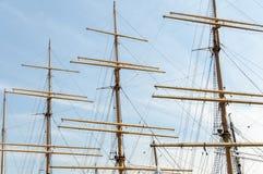 Leere Segelbootmaste an einem sonnigen Tag Lizenzfreies Stockfoto