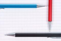 Leere Seite des Notizbuches und der Bleistifte Lizenzfreie Stockbilder