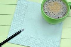 Leere Serviette mit Tasse Kaffee Stockbilder