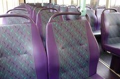 Leere Sitze auf einem Bus Stockfotos