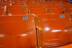 Leere Sitze am Baseballstadion - niedrige Anwesenheit Stockfotografie
