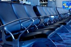 Leere Sitze am Flughafen-Gatter Stockfotos
