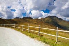 Leere Skisteigung in den Tiroler Alpen im Herbst Lizenzfreies Stockfoto
