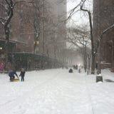 Leere Snowy-Straße Stockfotografie