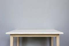Leere Spitze der weißen mable Steintabelle auf grauem Wandhintergrund Stockbilder